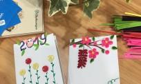 Làm thiệp tết handmade đơn giản với nỉ & giấy xoắn